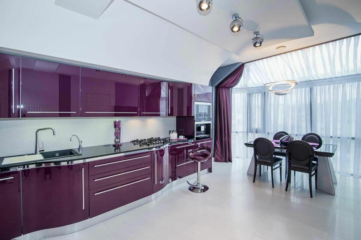 яркая фиолетовая кухня