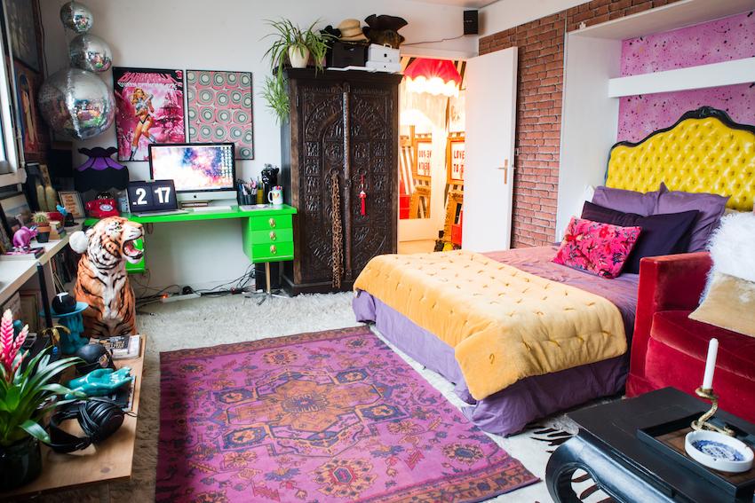 дизайн интерьера яркой спальни