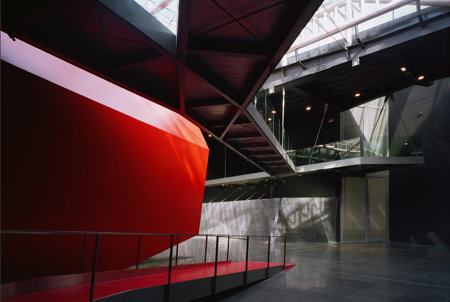 красный и черный цвета в интерьере Музея современного искусства MACRO в Риме