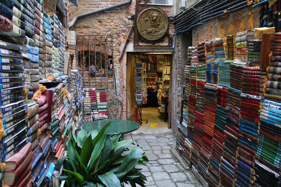 магазин Libreria Acqua Alta в Венеции
