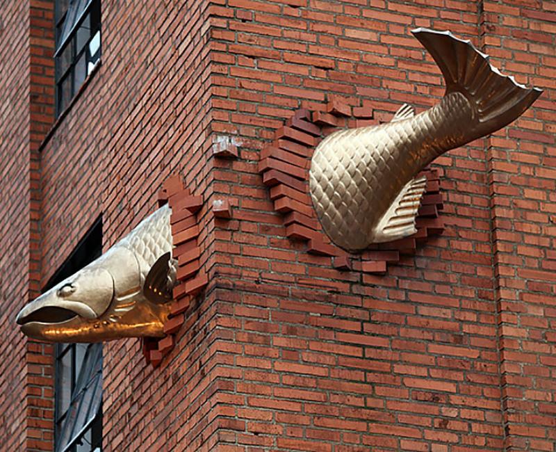 Скульптура «Золотой лосось»