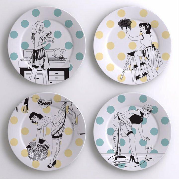 декор стен тарелками с рисунками в стиле пин-ап