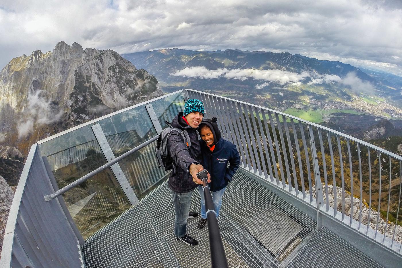 люди, которые не боятся опасных сооружений, — на смотровой площадке AlpspiX, Грайнау, Германия