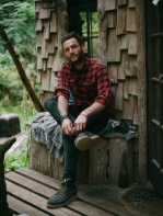 Учитель математики строит необычные лесные домики. Один даже возит с собой на пикапе!
